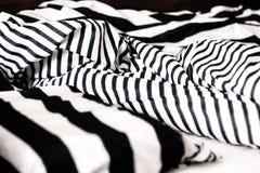 Cama desfeita em listras preto e branco Close-up imagens de stock