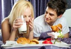 Cama do divertimento do pequeno almoço Imagens de Stock Royalty Free