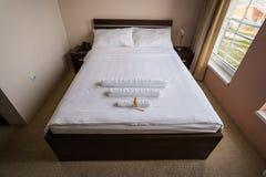 Cama do hotel Imagem de Stock Royalty Free