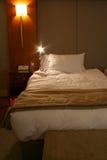 Cama do hotel Fotografia de Stock Royalty Free