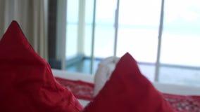Cama do hotel na sala de hotel de luxo com fundamento branco no Jacuzzi e o mar no primeiro plano Decoração bem-vinda do recurso  filme