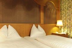 Cama dobro no quarto de hotel Fotografia de Stock Royalty Free