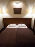 Cama dobro no quarto de hotel Fotografia de Stock