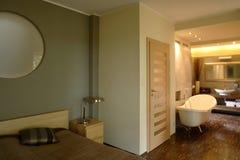 Cama e banho luxuosos Imagens de Stock Royalty Free