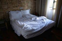 Cama e desfeita vazios na primeira luz Foto de Stock Royalty Free