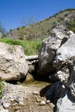 Cama e pedregulhos de rio fotos de stock