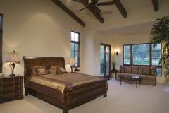 Cama e Sofa At Spacious Bedroom de trenó Imagem de Stock Royalty Free