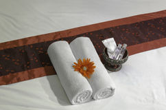 Cama e toalhas brancas na cama Imagens de Stock Royalty Free