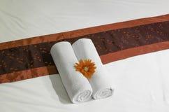Cama e toalhas brancas na cama Fotos de Stock
