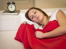 Cama el dormir de la mujer Imagen de archivo libre de regalías