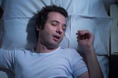 Cama el dormir del hombre fotografía de archivo libre de regalías