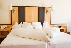 Cama em um quarto de hotel Imagem de Stock Royalty Free