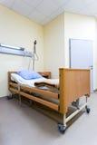Cama en hospital moderno Imágenes de archivo libres de regalías