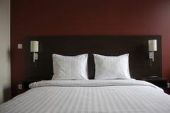 Cama en hotel Fotos de archivo