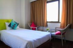 Cama en un dormitorio del hotel Fotografía de archivo libre de regalías