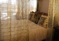 Cama enorme imponente de la cama imperial Fotografía de archivo libre de regalías