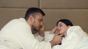 Cama feliz romántica del enlace del beso del amor de la proximidad de los pares almacen de metraje de vídeo