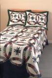 Cama gemela hecha con la cubierta y las almohadillas del edredón Fotos de archivo libres de regalías