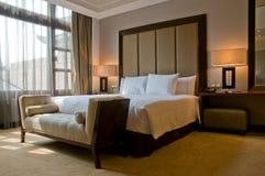 Cama gigante en un cuarto de la habitación de hotel de cinco estrellas fotos de archivo libres de regalías