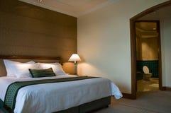 Cama gigante y cuarto de baño de una habitación de cinco estrellas Fotografía de archivo