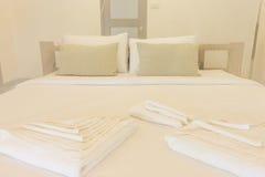 Cama gigante y dormitorios netos de las cortinas imágenes de archivo libres de regalías