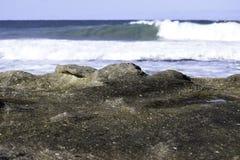 Cama litoral Textured da rocha com ondas de quebra Imagem de Stock Royalty Free