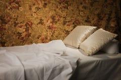 Cama lujosa sucia con la almohadilla Imagenes de archivo