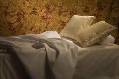 Cama lujosa sucia con la almohadilla Foto de archivo libre de regalías