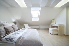 Cama matrimonial en dormitorio brillante Imagenes de archivo