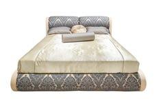 Cama moderna clássica Mobília moderna bege cinzenta luxuosa da cama com roupa de cama modelado com textura floral de estofamento fotografia de stock