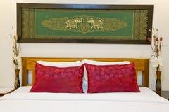 Cama moderna del Asiático-estilo con la pantalla de seda agradable con el marco en bedro Foto de archivo