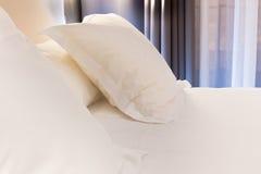 Cama no quarto de hotel foto de stock royalty free