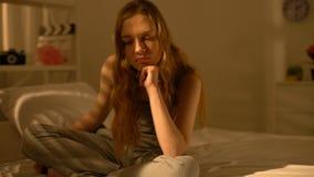 Cama que se sienta de pensamiento del problema del adolescente trastornado, soledad del sufrimiento, mal humor metrajes
