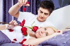 Cama romântica dos pares do amor Fotografia de Stock