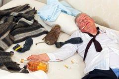 Cama sucia con el alcohólico borracho imagen de archivo libre de regalías