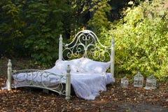 Cama vacía del vintage blanco Imagen de archivo libre de regalías