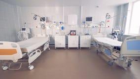 Cama vacía dos en un cuarto de hospital con el equipamiento médico 4K almacen de video