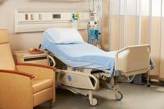 Cama vacía en sala de hospital Imagen de archivo libre de regalías