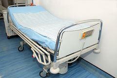 Cama vazia na unidade de cuidados intensivos Imagens de Stock