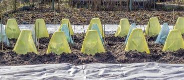 Cama vegetal con las cubiertas y el paño grueso y suave del jardín foto de archivo