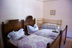 Cama velha na sala Fotos de Stock Royalty Free