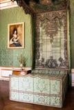 Cama verde antiga do dossel em um interior esplêndido Foto de Stock