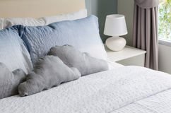 Cama y almohadas con la lámpara blanca Imagen de archivo