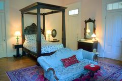 Cama y aparador magníficos de la cama imperial de la plantación de preguerra de Belmont foto de archivo libre de regalías