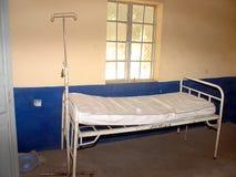 Cama y colchón simples de hospital Fotos de archivo libres de regalías