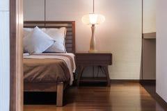 Cama y dormitorio imágenes de archivo libres de regalías