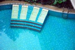 Cama y piscina Foto de archivo libre de regalías