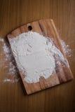 Camada de farinha na placa de corte Fotos de Stock