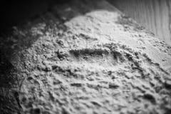 Camada de farinha na placa de corte Fotografia de Stock