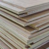 Camada de madeira compensada industrial como o fundo fotografia de stock